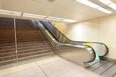 La scala mobile in movimento a una stazione della metropolitana — Foto Stock
