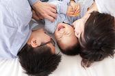 šťastná rodina s dětmi v posteli — Stock fotografie