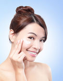 Beautiful face of girl applying moisturize cream — Stock Photo