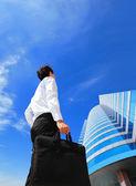 Udanego biznesu mężczyzna na zewnątrz przy budynku biurowego — Zdjęcie stockowe