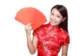 žena hospodářství červená obálka — Stock fotografie