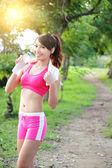 健康な女性の飲み物水 — ストック写真