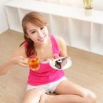 mujer joven con una torta y té — Foto de Stock