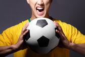 Haykırış ve futbol topu tutan heyecanlı spor adamı — Stok fotoğraf