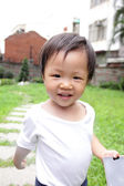Gelukkig kind spelen in het park — Stockfoto