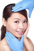 美しい女性顔整形外科手袋 — ストック写真