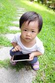 Enfant à l'aide de smartphone — Photo
