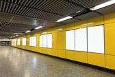Outdoor em branco na estação de metrô — Foto Stock