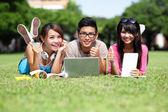 счастливые студенты, с помощью компьютера — Стоковое фото