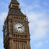 Famous London Big Ben Clock Tower on the blue sky background — Stock Photo