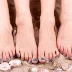 familie met voeten in het zand — Stockfoto