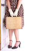 Retro obraz kobiety posiadania bagażu — Zdjęcie stockowe