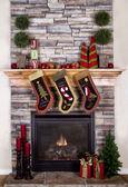 マントルピースまたは暖炉からぶら下がってクリスマス ストッキング — ストック写真