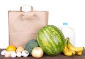 Inhalt der eine braune Papiertüte shopping — Stockfoto