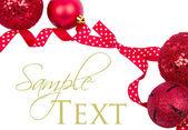 красный горошек лук с рождественские украшения изолированные — Стоковое фото