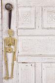 Kostra visící z koule na dveře — Stock fotografie