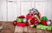 Presentes de natal em fundo de madeira — Foto Stock