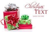 Kerstcadeaus gestapeld — Stockfoto