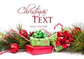 Vánoční dárky a borové větve — Stock fotografie