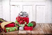 χριστουγεννιάτικα δώρα που χύνεται έξω από μια γυναικεία κάλτσα — Φωτογραφία Αρχείου