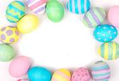 Ovos de páscoa em um fundo branco — Fotografia Stock
