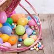 plastik Paskalya yumurtaları ve şekeri — Stok fotoğraf #21596675