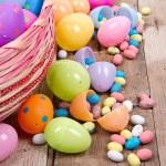 plastik Paskalya yumurtaları ve şekeri — Stok fotoğraf #21596793