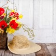 Spring flowers and straw hat - Stockfoto