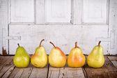 Päron i rad — Stockfoto
