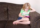 Niño o niños en edad preescolar utilizando una tableta — Foto de Stock