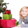 Child next to a Christmas tree — Stockfoto