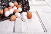茶色の卵をバスケットにこぼれる — ストック写真