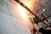 Saldatore professionale di taglio e rettifica di tubi metallici — Foto Stock