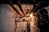 Soldador profesional trabajando y pulido en tuberías — Foto de Stock