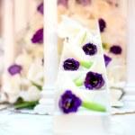 Wedding reception with close-up of white wedding cake decoration — Stock Photo