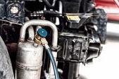 Närbild av bil underhåll, arbetar med luftkonditioneringen — Stockfoto