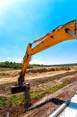 道路や高速道路の建設現場で作業しながら掘削機のクローズ アップ — ストック写真
