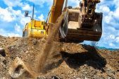 Excavador de construcción resistente mueve tierra — Foto de Stock