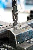 アセンブリの金属部分に行くドリル — ストック写真