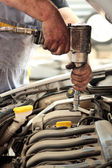 Ingeniero mecánico auto trabajando en motor de coche — Foto de Stock