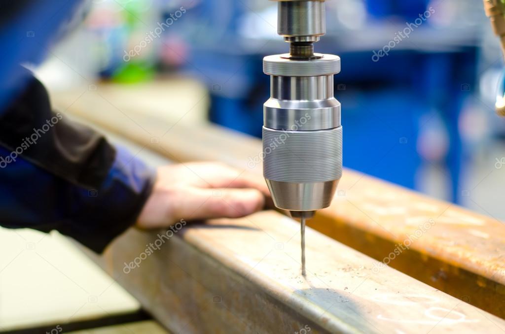Ouvrier industriel percer un trou avec une perceuse for Percer un trou sans perceuse