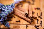 Vista detallada de canela se pega, lavanda y otro ingredien té — Foto de Stock