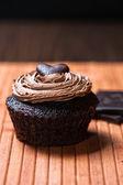 Jeden muffin czekolady nadziewane w sosie słodko kremowy z orzechów laskowych — Zdjęcie stockowe