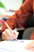Młoda kobieta pisania umowy prawnej w urzędzie — Zdjęcie stockowe