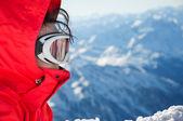 Dağlar zemin üzerine gözlük ile Kayak kızın yakın çekim — Stok fotoğraf