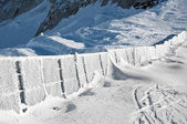 Vackra vinterlandskap med massor av snö och en fryst staket — Stockfoto
