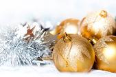 Oropel con bolas y fondo brillante — Foto de Stock