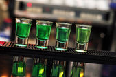 Blue and green drink in shot glasses standing on the counter — Foto de Stock