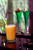 Fancy alcoholic drinks and fresh beverage in nightclub — Stock Photo