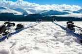 Kayak ve kış sezonu dağ yamacında donanımları — Stok fotoğraf